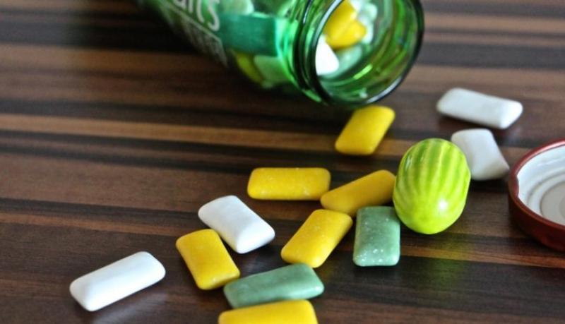 Dioxidul de titan va fi interzis în guma de mestecat, produse de patiserie, supe și bulion